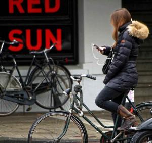 Kinder kleben heute regelrecht am Handy - was können Eltern tun?