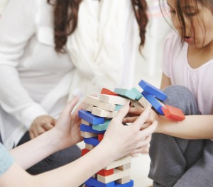 Gemeinsames Spielen mit den Kids als Freizeit-Programm macht Spaß! Spiel aus Kollektion Lattjo, ikea.at