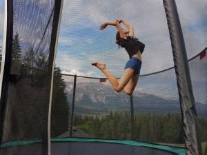 Hoch hinaus am Trampolin vor der unglaublichen Dachstein-Kulisse