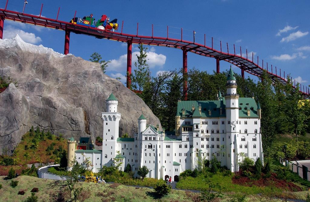 Blick auf Schloss Neuschwanstein mit dem Tret-O-Mobil im Hintergrund im LEGOLAND Deutschland