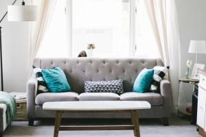 Das Sofa wird oft zur Kletterhilfe.