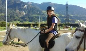 Reiterin mit Helm ud Rücken-Brust-Protektor