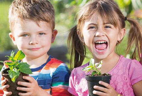 15_Kinder_mit_fertigen_Pflanzen