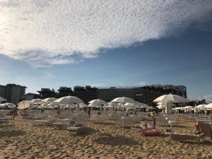 Der Hoteleigene Strand mit Service begeistert uns