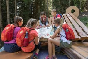 Serfaus-Fiss-Ladis Kinder lesen im Hexenbuch beim Hexenweg in Fiss (c) Andreas Kirschner