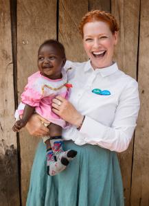Enie van de Meiklokjes, TV-Moderatorin und Aktionsbotschafterin von Pampers für UNICEF, im Kampf gegen Tetanus in Kenia
