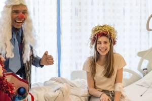 ROTE NASEN im Weihnachts-Outfit am Krankenbett.