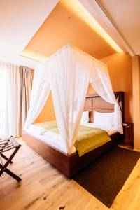 Romantisches Wochenende: Suite mit Himmelbett in der St. Martins Therme & Lodge