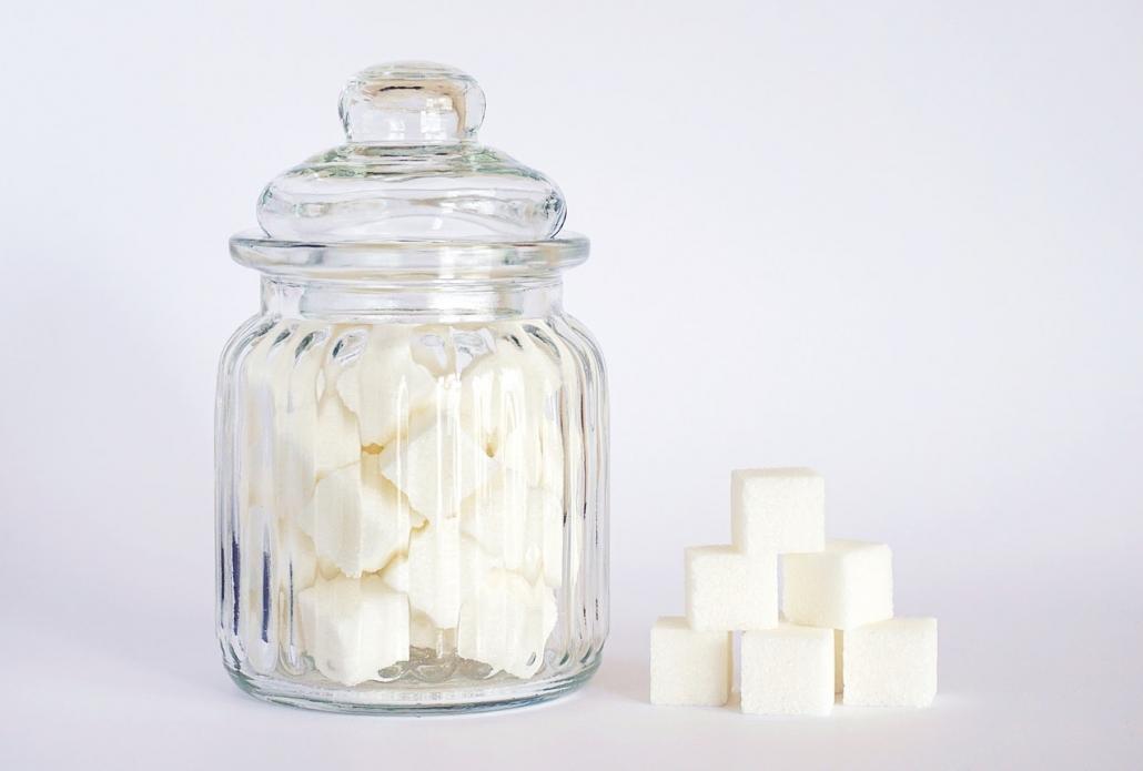 Zuckerwürfel in einem Glas.