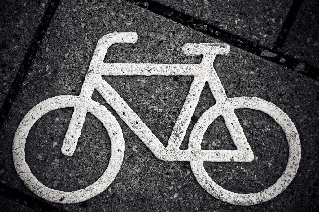 Zeichen für Fahrradweg: Fahrradwege sind für aktive Kinder in der Stadt wichtig.