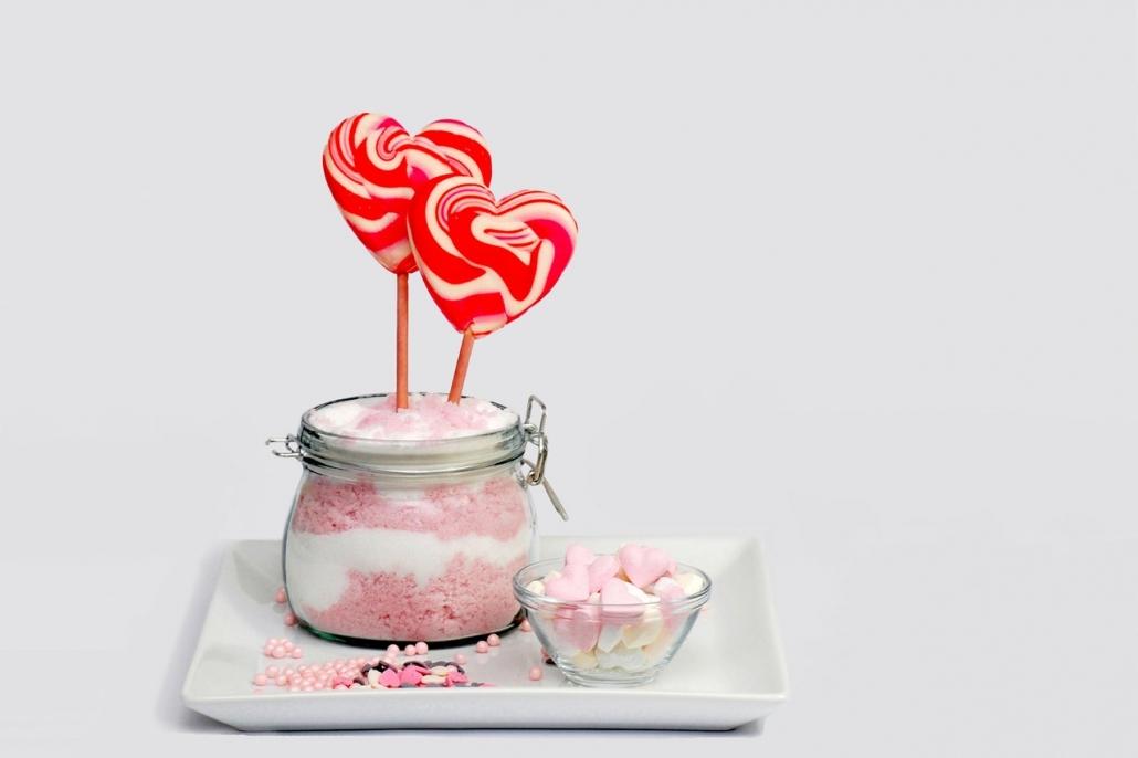 Süßigkeiten auf einem Tablett schön angerichtet.