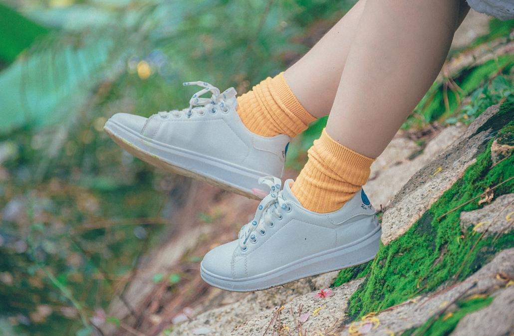 Füße in Schuhen und Socken.