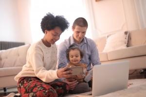 Familie beim Videotelefonieren